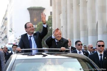 Hollande durante su visita en Argelia junto al presidente Butefkika.