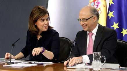 La vicepresidenta Soraya Sáenz de Santamaría y el ministro de Hacienda, Cristóbal Montoro