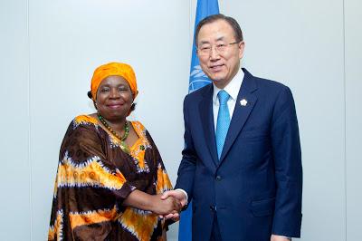 Nkosazana Dlamini-Zuma y Ban Ki-moon en una cumbre sobre desarrollo en Japón, el 1 de junio. UN Photo Rick Bajornas.