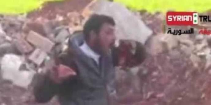 Rebelde sirio comiendose las tripas de un enemigo