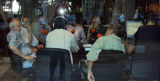 Tertulia Espacios Europeos con Bucharaya Beyun (de espaldas) y Weja Chicampo