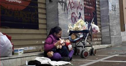 Una joven mendiga con su bebé en las calles de Atenas, situación nada anormal ahora (Foto Getty)