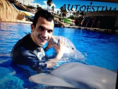 Diego Camacho con los delfines