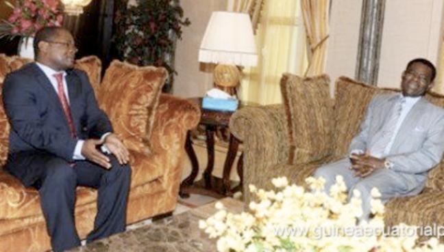 Plácido Micó, líder socialista guineano, charla amigablemente con Teodoro Obiang Nguema