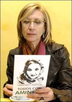 Rosa Díez con un retrato de Aminteu Haidar