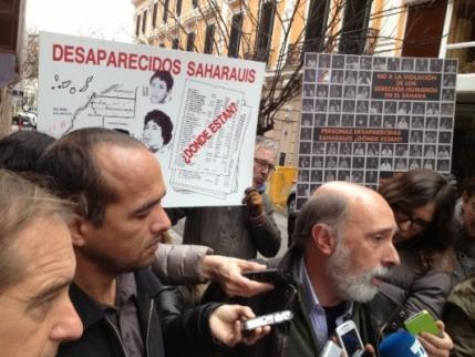 Francisco Etxeberria (a la derecha) junto a  Mahmud Selma Daf, responde a la prensa tras declarar en la Audiencia Nacional