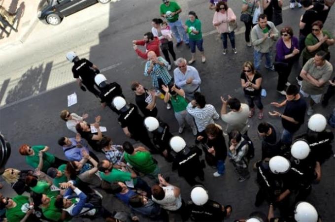 La policía retirándose del desahucio de Loli y Antonio. (Foto: Carlos Trenor)