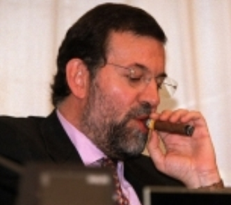 Mariano Rajoy se fuma un puro