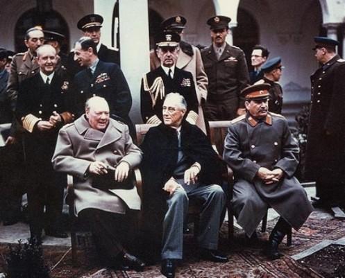 Conferencia de Yalta (Ucrania) en Febrero de 1945). De izquierda a derecha, Churchill, Roosevelt y Stalin.