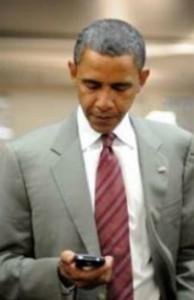 Barack Obama con  un móvil lo controla todo