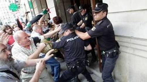 Carga policial en la puerta del Teatro Jovellanos de Gijón. Foto Ángel Gonzalez (La Nueva España).