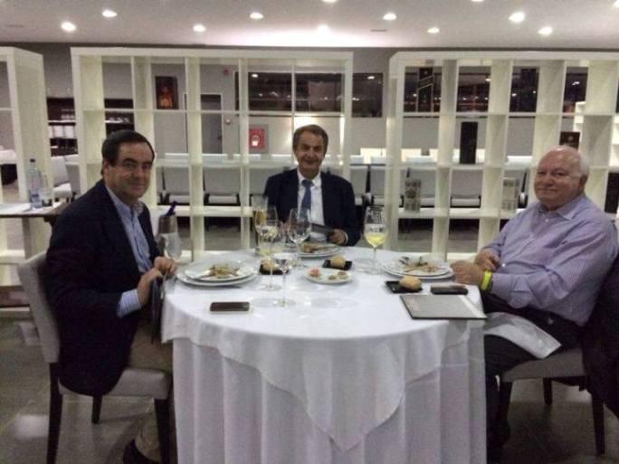 Bono, Zapatero y Moratinos, el pasado día 2 en el restaurante Imagine de Malabo. (El Confidencial)