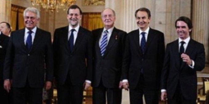 De izquierda a derecha, Felipe González,  Mariano Rajoy, Rey Juan Carlos I, José Luis Rodríguez Zapatero y José María Aznar
