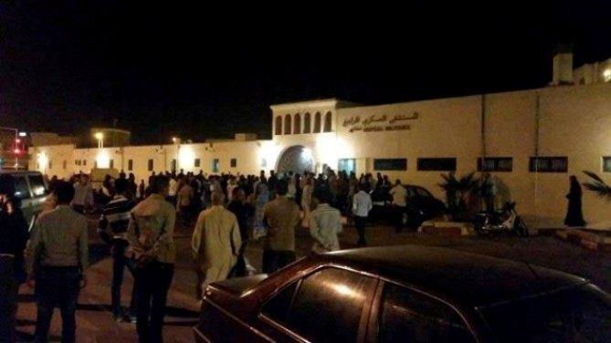 Concentración de saharauis frente al hospital de Dajla poco después del fallecimiento de Hassana El Uiali.