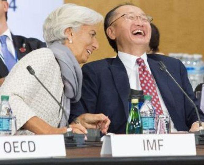 El presidente del Banco Mundial Jim Yong Kim (a la derecha) y la directora gerente del Fondo Monetario Internacional (FMI), Christine Lagarde. Foto DREW ANGERER (EFE).