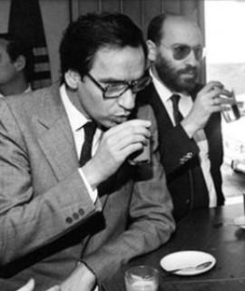 Alfonso Guerra con su hermano Juan, éste condenado por fraude fiscal. Eran los inicios del gobierno socialista