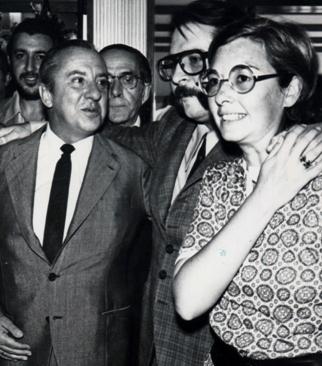 """En el Aeropuerto de Barajas (agosto de 1970). De izquierda a derecha: Eugenio Suárez, Julio Camarero, que fue director de """"El Caso""""  y la esposa de Camarero; éste regresaba de Montevideo, donde había sido encarcelado por motivos políticos. A la izquierda, detrás de Suárez, el autor del artículo  que ilustra la foto."""