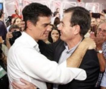 Eran otros tiempos: Pedro Sánchez y Tomás Gómez se abrazan