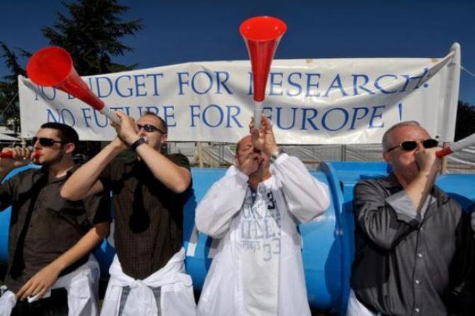 Científicos del CERN y de otras asociaciones de investigadores protestan por los recortes en una imagen de archivo. / Efe