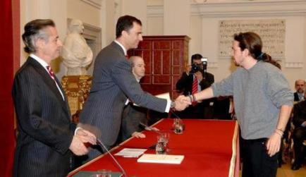 El líder de Podemos recoge una beca de Caja Madrid en 2007 de manos del Príncipe en presencia de Miguel Blesa.