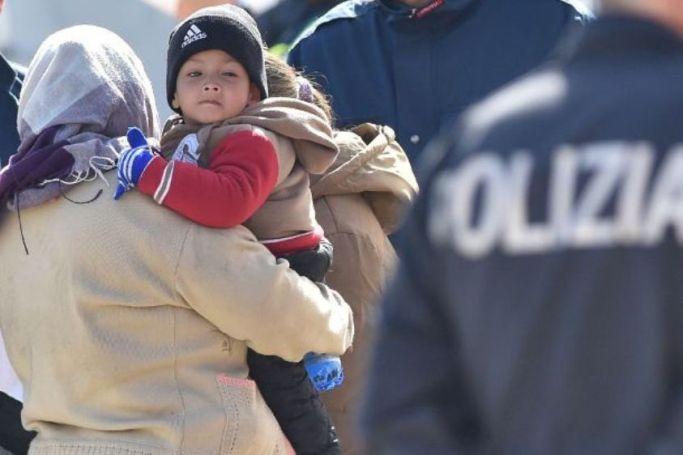 Con Gadafi vivían mejor. Una madre con su hijo rescatados en las costas italianas. Desconocemos al autor de la fotografía.
