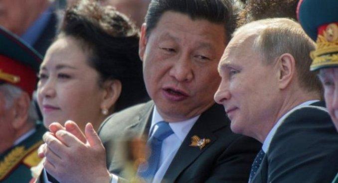 Presidente de China y esposa junto a Vladimir Putin en el Día de la Victoria (foto RIA Novosti).