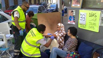 Los servicios sanitarios atienden a Takbar Haddi en huelga de hambre  indefinida ante el Consulado de Marruecos en Las Palmas de Gran Canaria