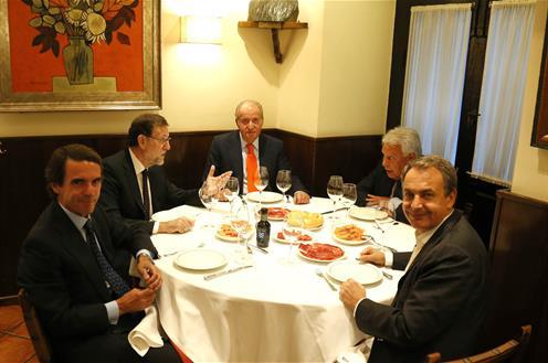 El Rey JUan Carlos, con Mariano Rajoy, Felipe González, José María Aznar y José Luis Rodríguez Zapatero. Foto La Moncloa.