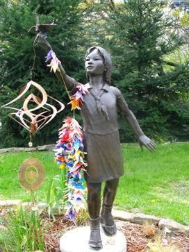 Monumento de las Mil grullas en memoria de Sadako Sasaki, niño muerto a causa de una de las bombas que arrojó Estados Unidos sobre Japón
