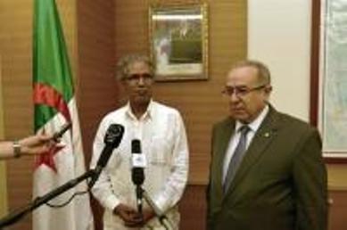 Mohamed Salem Uld Salek y Ramtane Lamamra, ministros de Asuntos Exteriores de la RASD y Argelia