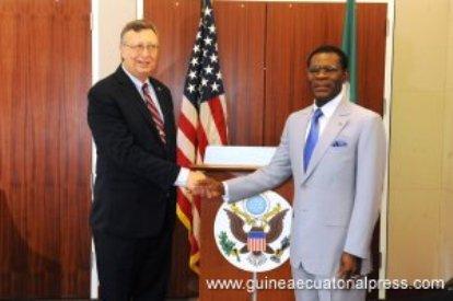 Embajador USA en Malabo, Mark L. Asquino, y el dictador Teodoro Obiang