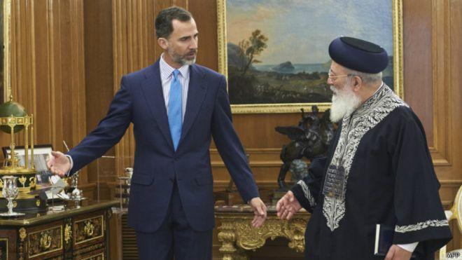 El rey Felipe VI saluda al rabino sefardí Shlomo Moshe Amar, durante una reciente visita a España