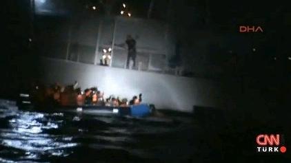 Guardacostas griego tpinchando balsa hinchable de refugiados