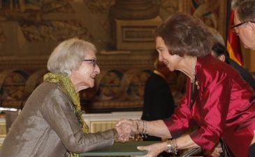 Ida Vitale y la Reina Sofica.