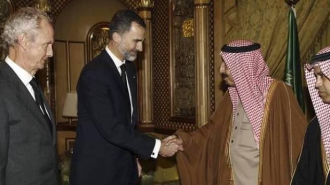 El rey Felipe VI, acompañado del ministro de Defensa, Pedro Morenés, con el nuevo rey saudí, Salman, en el funeral por la muerte de su hermano Abdalá. Archivo, foto Casa Real.