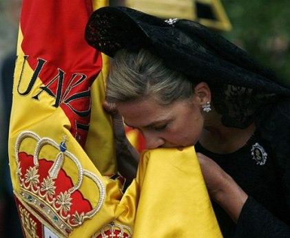 La Infanta Cristina besa la bandera de España. Foto de archivo.