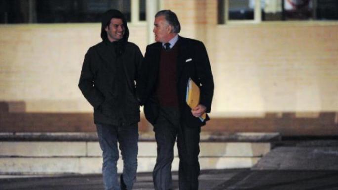 El extesorero del Partido Popular (PP) Luis Bárcenas camina junto a su hijo al salir de la cárcel bajo fianza tras 19 meses de reclusión, 22 de enero de 2015.