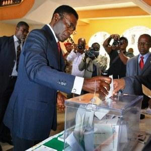 Teodoro Obiang Nguema votando. Foto de archivo.