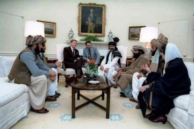 Ronald Reagan, febrero de 1983, recibe en su despacho a líderes talibanes de Afganistán y Pakistán.