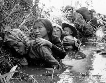 Niños vietnamitas protegiéndose de la violencia en la Guerra de Vietnam.