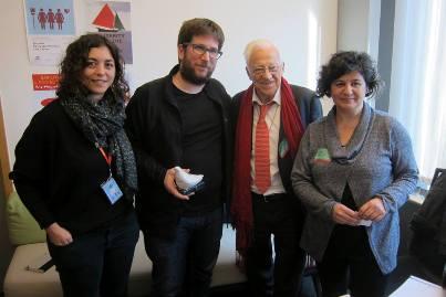 De izquierda a derecha los eurodiputados, Tania González (Podemos), Miguel Urbán (Podemos), el Padre Ángel y la directora de proyectos sociales de Mensajeros.