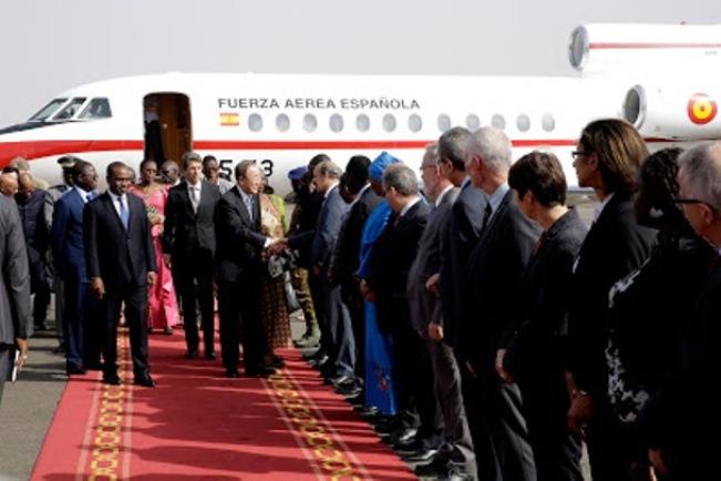 Ban Ki Moon a su llegada a Uagadugu (Burkina Faso), primera parada de su gira. / UN Photo/Evan Schneider