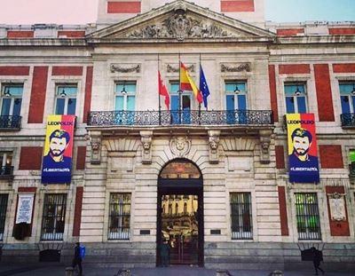 La Comunidad de Madrid enarbola un cartel del opositor venezolano Leopoldo López.