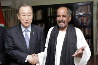 Ban Ki Moon con el presidente Mohamed Abdelaziz. UN Photo/Evan Schneider