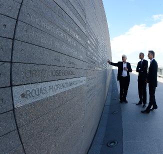 """Macri y Obama ante el monumento a los """"caídos"""" por la dictadura y algo más..."""