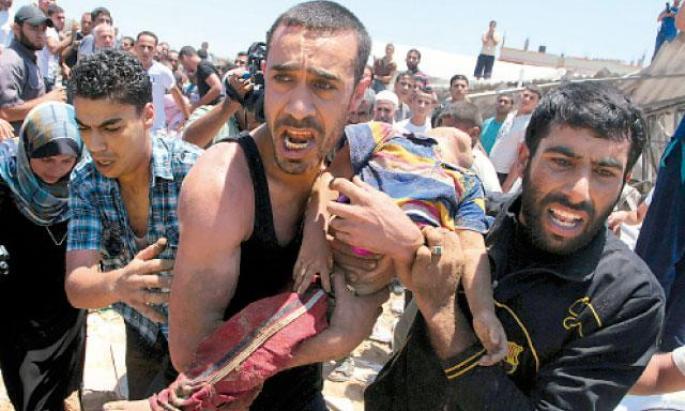 Un palestino carga con el cadáver de su hijo.