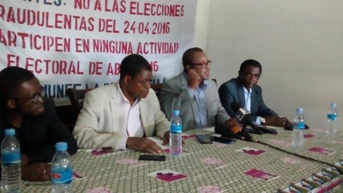 Rueda de prensa del FOD: de izquierda a derecha, Rigoberto Abaga (UP), Andrés Esono (CPDS), Guillermo Nguema Elá (FDR) y Weja Chicampo (MAIB).