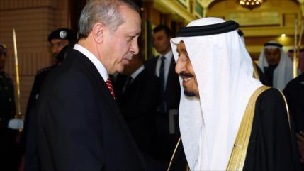 El presidente turco, Recep Tayyip Erdogan, impone al rey saudí, Salman bin Abdelaziz Al Saud, la medalla de honor de la República de Turquía.