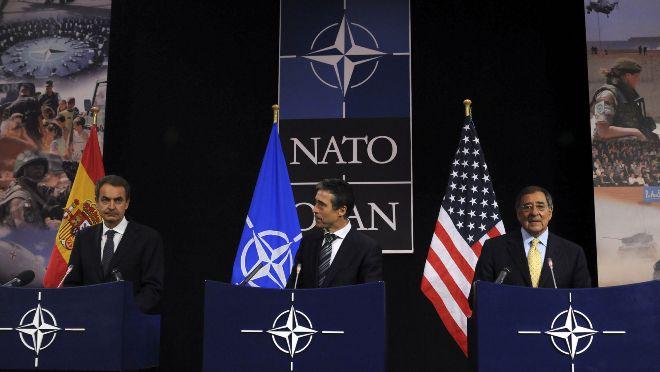 Leon Panetta junto a José Luis Rodríguez Zapatero y el secretario general de la OTAN, Anders Fogh Rasmussen, el 5 de octubre de 2011. Getty Images.