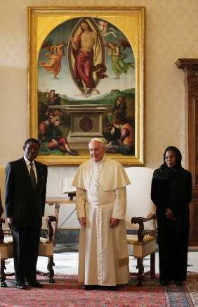 El Papa Francisco con Obiang y su mujer. Foto The Sun.